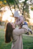 Jeune mère et sa petite fille de bébé ayant l'amusement dans un parc photographie stock