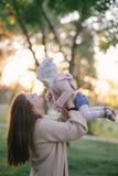 Jeune mère et sa petite fille de bébé ayant l'amusement dans un parc image libre de droits