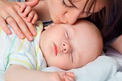 Jeune mère et son bébé à la maison Photo libre de droits