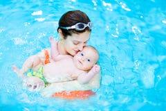 Jeune mère et son bébé mignon dans la piscine Photos stock