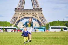Jeune mère et son fils adorable d'enfant en bas âge photo libre de droits
