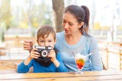 Jeune mère et son fils dans un café Le concept de la famille photo stock