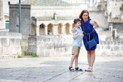 Jeune mère et son fils faisant le selfie dehors dans la ville Photographie stock libre de droits