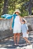Jeune mère et son fils jouant dehors dans la ville Images stock