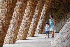 Jeune mère et son parc de marche Guell de fils Photo libre de droits