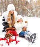 Jeune mère heureuse avec la fille avec le thé chaud et  Photo libre de droits
