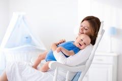 Jeune mère heureuse avec le bébé garçon à la maison Images libres de droits
