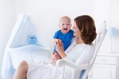 Jeune mère heureuse avec le bébé garçon à la maison Image libre de droits