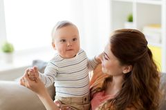 Jeune mère heureuse avec le petit bébé à la maison Photos libres de droits