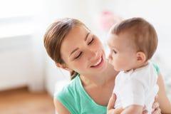 Jeune mère heureuse avec le petit bébé à la maison Image libre de droits