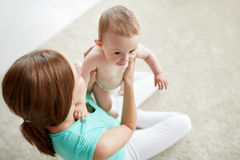 Jeune mère heureuse avec le petit bébé à la maison Image stock