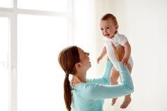 Jeune mère heureuse avec le petit bébé à la maison Photographie stock