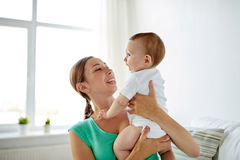 Jeune mère heureuse avec le petit bébé à la maison Images libres de droits