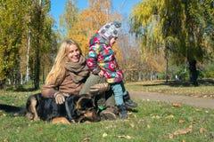 Jeune mère heureuse avec le petit descendant Photos stock
