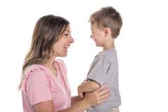 Jeune mère heureuse avec un enfant sur le fond blanc images stock