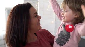 Jeune mère heureuse et sa petite fille banque de vidéos