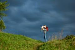 Jeune mère jouant avec la petite fille dans le domaine d'été photographie stock libre de droits