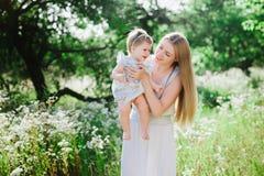 Jeune mère jouant avec sa petite fille sur la nature Photos libres de droits