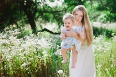 Jeune mère jouant avec sa petite fille sur la nature Photo libre de droits