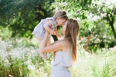 Jeune mère jouant avec sa petite fille sur la nature Image libre de droits