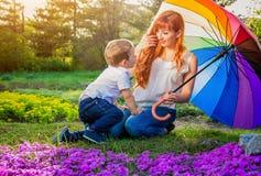 Jeune mère jouant avec son petit fils dans le jardin Concept de jour du ` s de mère Image libre de droits