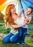 Jeune mère jouant avec son petit fils dans le jardin Concept de jour du ` s de mère Images stock