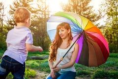 Jeune mère jouant avec son petit fils dans le jardin Concept de jour du ` s de mère Images libres de droits
