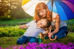 Jeune mère jouant avec son petit fils dans le jardin Concept de jour du ` s de mère Photos stock