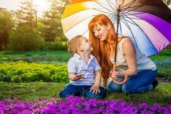 Jeune mère jouant avec son petit fils dans le jardin Concept de jour du ` s de mère Photo stock
