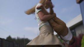 Jeune mère jouant et ayant l'amusement avec ses frères de fils de bébé garçon dans un jardin vert - été chaud de couleur de valeu banque de vidéos