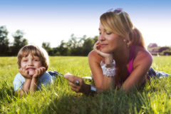 Jeune mère mignonne avec 4 années de fils Photo stock