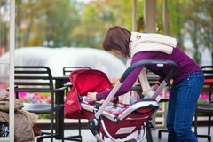 Jeune mère prenant soin de son petit fils Photos libres de droits