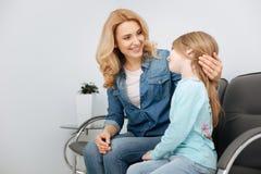 Jeune mère renversante soulageant son enfant photos stock