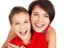 Jeune mère riante avec le fils 8 ans Images stock