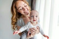 Jeune mère tenant son enfant nouveau-né Image libre de droits