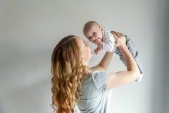 Jeune mère tenant son enfant nouveau-né Photos libres de droits