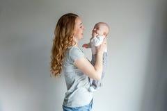Jeune mère tenant son enfant nouveau-né Image stock