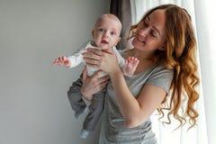 Jeune mère tenant son enfant nouveau-né Photos stock
