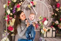 Jeune mère tenant son enfant nouveau-né Bébé de soins de maman Femme et garçon nouveau-né dans la chambre Mère jouant avec Photographie stock libre de droits