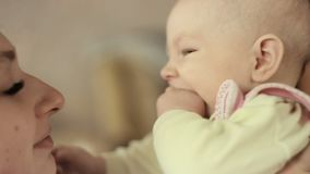 Jeune mère tenant son enfant nouveau-né Famille à la maison, maman et bébé garçon banque de vidéos