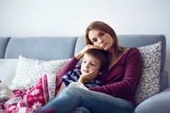 Jeune mère, tenant son petit garçon malade Photos stock