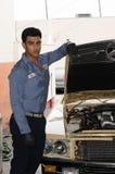 Jeune mécanicien photos libres de droits