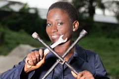 Jeune mécanicien montrant ses outils Image libre de droits