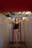 Jeune mécanicien sexy de brune en test la chemise dans le puits de réparation de voiture Images stock