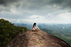 Jeune méditation en montagnes Itinéraire aménagé pour amateurs de la nature de Tab Kak Hang Nak Hill thailand Images stock