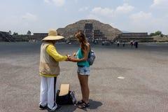 Jeune métier de achat de touristes dans Teotihuacan photos stock