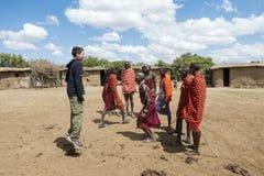 Jeune Maasai Askari faisant une danse sautante traditionnelle avec le touri Image libre de droits