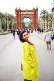 Jeune Madame devant Arch de Triumph Image libre de droits