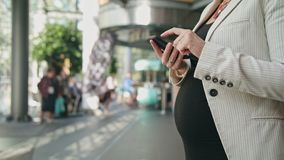 Jeune Madame enceinte Using Smartphone photos libres de droits