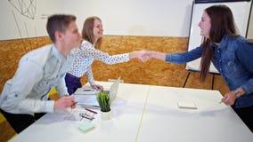 Jeune Madame heureuse se serre la main des recruteurs après Job Interview banque de vidéos